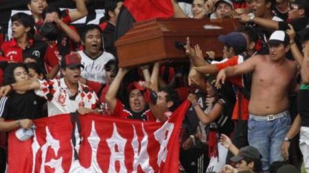 Ultras Klub Kolombia, Cucuta Deportivo membawa peti jenazah ke dalam stadion - INDOSPORT