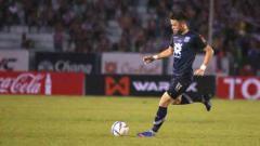 Indosport - Kayne Vincent saat akan mengeksekusi bola