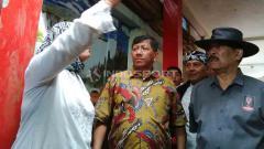 Indosport - Manajer klub Liga 1, Persib, Umuh Muchtar (kanan) dan Komisaris PT PBB, Kuswara S. Tartono (tengah) saat melihat kerusakan yang terjadi di SDN 106 Ajitunggal Cijambe, Kota Bandung, Selasa (8/4/19). Foto: Arif Rahman/INDOSPORT