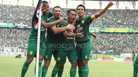 Aksi selebrasi pemain Persebaya setelah Irfan Jaya mencetak gol. Fitra Herdian/INDOSPORT - INDOSPORT