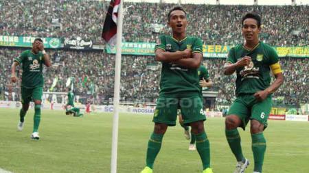 Irfan Jaya melakukan selebrasi usai cetak gol ke gawang Arema FC. Fitra Herdian/INDOSPORT - INDOSPORT