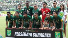 Indosport - Skuat Persebaya di leg pertama final Piala Presiden 2019 melawan Arema FC. Fitra Herdian/INDOSPORT