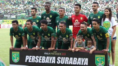 Skuat Persebaya di leg pertama final Piala Presiden 2019 melawan Arema FC. Fitra Herdian/INDOSPORT - INDOSPORT