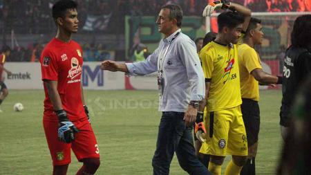 Miswar Saputra berjabat tangan dengan pelatih Arema FC Milomir Seslija. Fitra Herdian/INDOSPORT - INDOSPORT