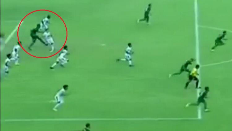 Amido Balde melakukan tendangan kepada Arthur Cunha di final pertama Piala Presiden 2019, Selasa (09/04/19), di Stadion Gelora Bung Tomo. Copyright: Youtube/Football Madness
