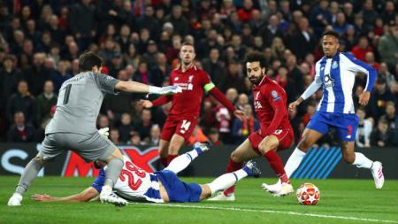 Mohamed Salah berusaha melewati pemain Porto babak pertandingan babak pertama Liverpool vs Porto, Rabu (10/04/19), di Stadion Anfield. - INDOSPORT