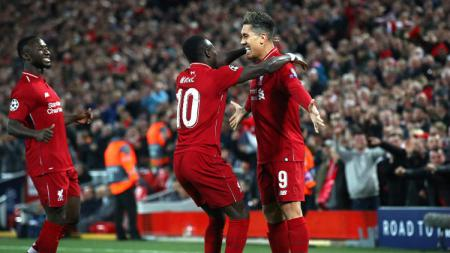 Roberto Firmino sempat meminta maaf ke Sadio Mane lantaran selebrasi sampanye yang ia lakukan mengenai rekannya di Liverpool tersebut. - INDOSPORT