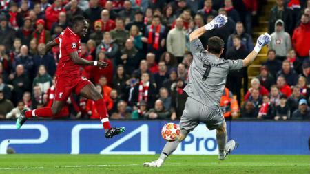 Sadio Mane melepaskan tembakan ke gawang Porto yang dikawal Iker Casillas pada babak 8 besar Liga Champions 2019, Rabu (10/04/19), di Anfield. - INDOSPORT