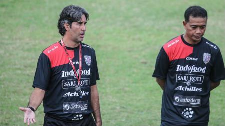 Pelatih Bali United, Stefano Cugurra Teco, saat memberikan instruksi. - INDOSPORT