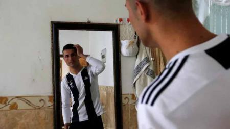 Biwar Abdullah pemain sepak bola amatir asal Irak yang punya wajah mirip dengan Cristiano Ronaldo. - INDOSPORT