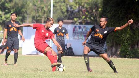Penyerang Persis Solo, Ugik Sugiyanto (kiri). Foto: Ronald Seger Prabowo/INDOSPORT - INDOSPORT