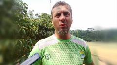 Indosport - Pelatih Persib, Miljan Radovic di Lapangan Saraga ITB, Kota Bandung, Rabu (10/04/19). Foto: Arif Rahman/INDOSPORT
