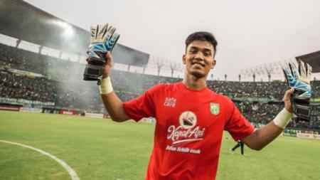 Kiper Persebaya Surabaya, Miswar Saputra, dalam pertandingan Liga 1. - INDOSPORT