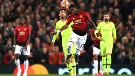 Fred saat berduel udara dengan Lionel Messi di laga Man United vs Barcelona. - INDOSPORT