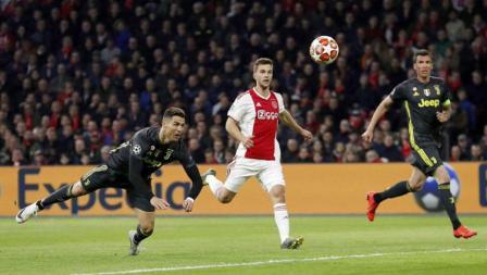 Cristiano Ronaldo membobol gawang Ajax pada babak 8 besar Liga Champions 2019, Kamis (11/04/19), di Amsterdam Arena.
