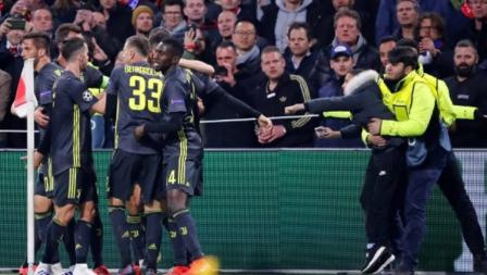 Seorang fans Ajax Amsterdam melempari Cristiano Ronaldodengan gelas plastik usai  ia mencetak gol di perempat final Liga Champions, Kamis (11/04/19)