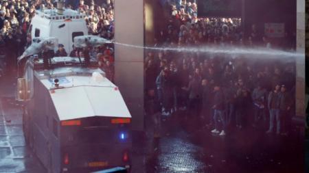 Kerumunan Fans Juventus dan Polisi Amsterdam sebelum Laga Perempat Final Liga Champions Kamis (11/04/19) berlangsung - INDOSPORT