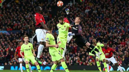 Kiper Barcelona, Marc-Andre ter Stegen saat berusaha pelamatkan gawang dengan meninju bola di laga Manchester United vs Barcelona. Foto: Alex Livesey - Danehouse/Getty Images