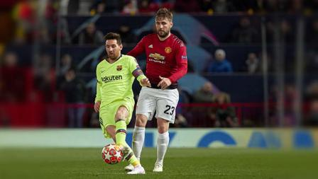 Lionel Messi berusaha merebut bola dengan pemain Manchester United Luke Shaw di laga Manchester United, (10-04-2019). Foto:  Quality Sport Images/Getty Images
