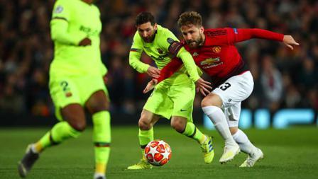 Lionel Messi berusaha merebut bola dengan pemain Manchester United Luke Shaw pertandingan leg pertama Perempat Final Liga Champions, (10-04-2019). Foto:  Quality Sport Images/Getty Images