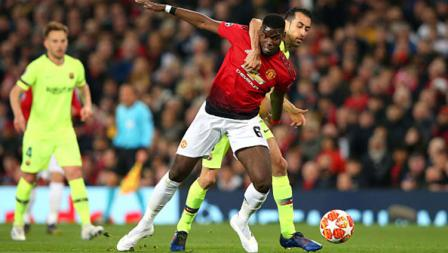 Pemain Manchester United, Paul Pogba saat berduel dengan Sergio Busquets di laga Manchester United vs Barcelona. Foto: Alex Livesey - Danehouse/Getty Images