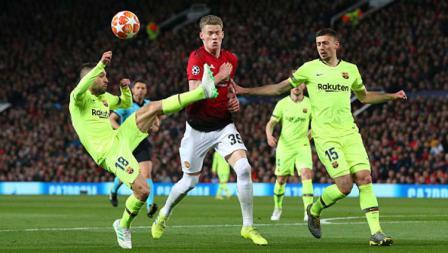 Pemain Manchester United, Scott McTominay berusaha merebut bola pada 2 pemain Barcelona di laga Manchester United vs Barcelona, (10-04-2019). Foto: Alex Livesey - Danehouse/Getty Images
