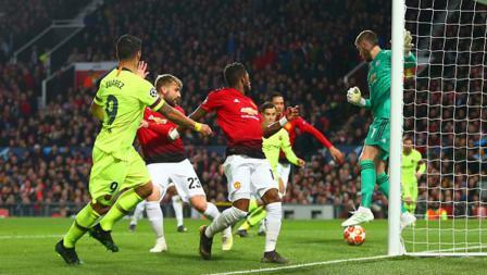 Sundulan Luis Suarez masuk ke gawang Manchester United yang di jaga kiper David de Gea. Foto: Robbie Jay Barratt - AMA/Getty Images