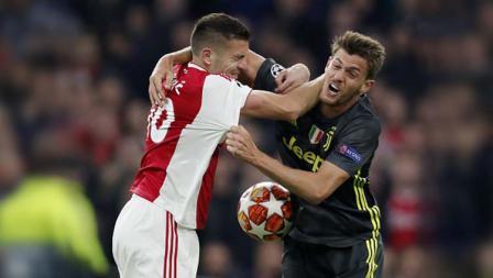 Pemain Ajax, Dusan Tadic saat berduel dengan pemain Juventus Daniele Rugani di laga Ajax vs Juventus. Foto: VI Images via Getty Images