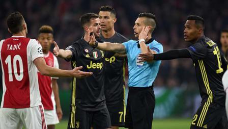 Pemain Juventus memprotes wasit Del Cerro Grande dari Spanyol, pada babak 8 besar Liga Champions 2019, Kamis (11/04/19). Foto: Etsuo Hara/Getty Images
