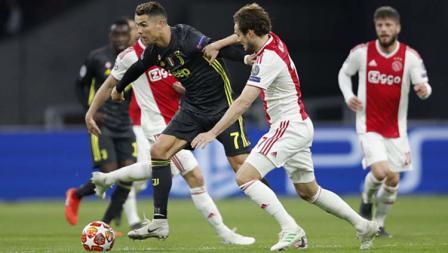 Pemain Juventus, Cristiano Ronaldo berusaha melewati hadangan pemain Ajax, Daley Blind di laga Ajax vs Juventus, (10/04/2019). Foto: VI Images via Getty Images
