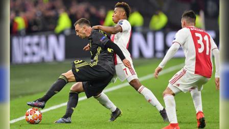 Pemain Juventus, Federico Bernardeschi berusaha melewati hadangan pemain Ajax di laga Ajax vs Juventus, (10-04-2019). Foto: VI Images via Getty Images