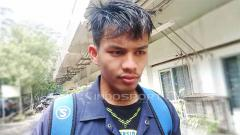 Indosport - Striker muda Persib, Wildan Ramdani seusai berlatih di Lapangan Saraga ITB, Kota Bandung, Rabu (10/04/2019). Foro: Arif Rahman/INDOSPORT