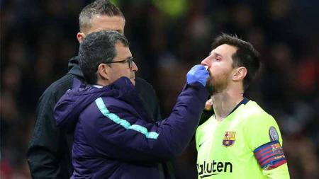 Lionel Messi berdara-darah usai dihantam Chris Smalling di laga Manchester United vs Barcelona. Foto: Simon Stacpoole/Offside/Getty Images - INDOSPORT