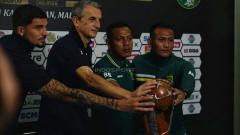 Indosport - Ofisial Arema dan Persebaya menyentuh trofi Piala Presiden 2019 (Fitra Herdian/INDOSPORT).