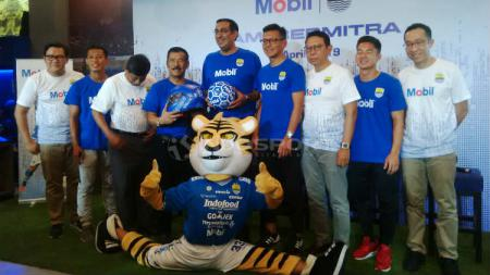 Manajemen PT Persib Bandung Bermartabat (PBB) memperkenalkan sponsor baru Persib Bandung, ExxonMobil untuk musim 2019 di 1933 Dapur & Kopi, Jalan Sulanjana, Kota Bandung, Kamis (11/04/2019). (Arif Rahman/INDOSPORT). - INDOSPORT