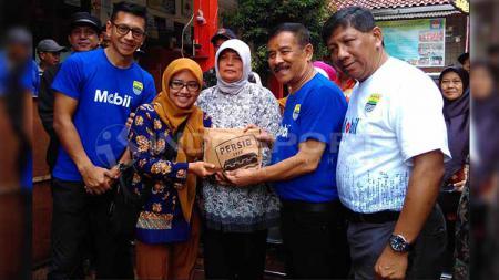 Manajemen PT Persib Bandung Bermartabat (PBB), menyerahkan bantuan berupa uang tunai Rp 50 juta kepada Sekolah Dasar Negeri (SDN) 106 Ajitunggal Cijambe, Kota Bandung, Kamis (11/04/2019). - INDOSPORT