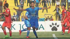 Indosport - Hendika Arga Permana saat masih berkostum PSIM Yogyakarta berselebrasi usai mencetak gol ke gawang Madura FC di Liga 2, musim lalu. (Ronald Seger Prabowo/INDOSPORT)