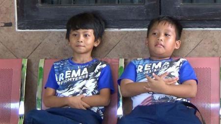Antusiasme siswa siswi SD Muhammadiyah 1 Kota Malang saat mengenakan atribut Arema. - INDOSPORT
