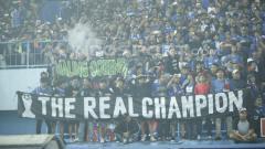 Indosport - Aremania membentangkan spanduk di Stadion Kanjuruhan. Herry Ibrahim/INDOSPORT