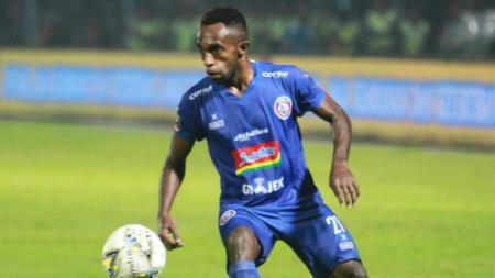 Klub promosi Liga 1 2020 Persita Tangerang nampaknya selangkah lagi mengamankan jasa mantan winger Arema FC, Ricky Kayame. - INDOSPORT