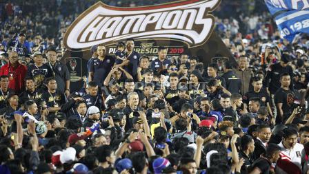 Suasana penyerahan trophy Piala Presiden 2019 untuk Arema FC di stadion Kanjuruhan, Jumat (12/04/19). Foto: Herry Ibrahim/INDOSPORT