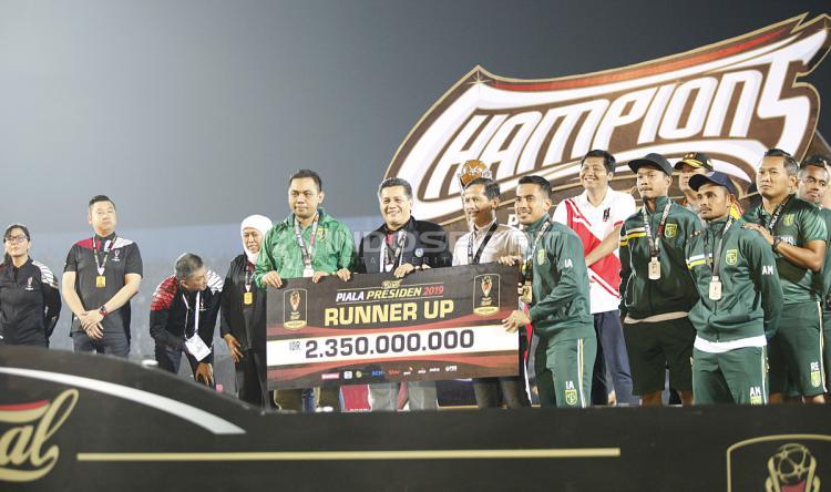 Penyerahan hadiah runner up Piala Presiden 2019 kepada Persebaya Surabaya di stadion Kanjuruhan, Jumat (12/04/19). Foto: Herry Ibrahim/INDOSPORT Copyright: Herry Ibrahim/INDOSPORT