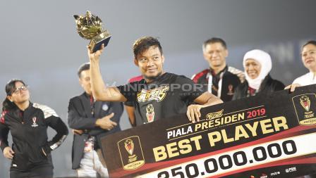 Hamka Hamzah terpilih sebagai pemain terbaik Piala Presiden 2019 usai laga final di stadion Kanjuruhan, Jumat (12/04/19). Foto: Herry Ibrahim/INDOSPORT