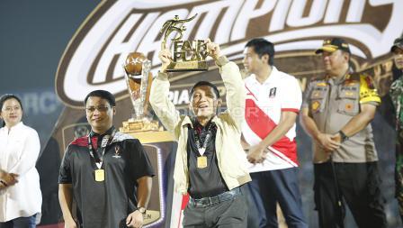 Ferry Paulus mewakili persija mengangkat trophy sebagai tim fair play di Piala Presiden 2018 di stadion Kanjuruhan, Jumat (12/04/19). Foto: Herry Ibrahim/INDOSPORT