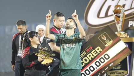 Pemain Persebaya, Manuchehr Jalilov terpilih sebagai topskor Piala Presiden 2019 usai laga final di stadion Kanjuruhan, Jumat (12/04/19). Foto: Herry Ibrahim/INDOSPORT