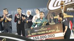 Indosport - Pemain Persebaya, Irfan Jaya terpilih sebagai pemain muda terbaik Piala Presiden 2019 usai laga final di stadion Kanjuruhan, Jumat (12/4/19). Foto: Herry Ibrahim/INDOSPORT