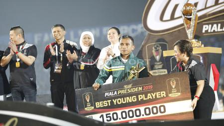 Pemain Persebaya, Irfan Jaya terpilih sebagai pemain muda terbaik Piala Presiden 2019 usai laga final di stadion Kanjuruhan, Jumat (12/4/19). Foto: Herry Ibrahim/INDOSPORT - INDOSPORT
