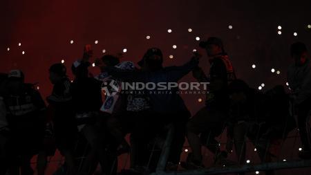 Aksi suporter Aremania saat mendukung tim kesayangannya di stadion Kanjuruhan. - INDOSPORT