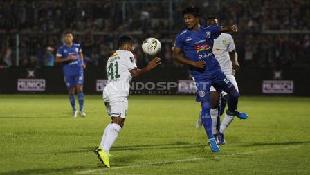 Duel antara Irfan Jaya dan Johan Ahmad Faruzi pada final Piala Presiden 2019 di stadion Kanjuruhan, Jumat (12/04/19). Foto: Herry Ibrahim/INDOSPORT