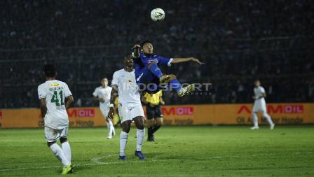 Aksi salto Hamka Hamzah pada final Piala Presiden 2019 di stadion Kanjuruhan, Jumat (12/04/19). Foto: Herry Ibrahim/INDOSPORT